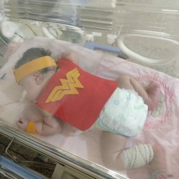 Bebês da UTI neonatal viram super heróis em ação de acolhimento no Hospital de Base