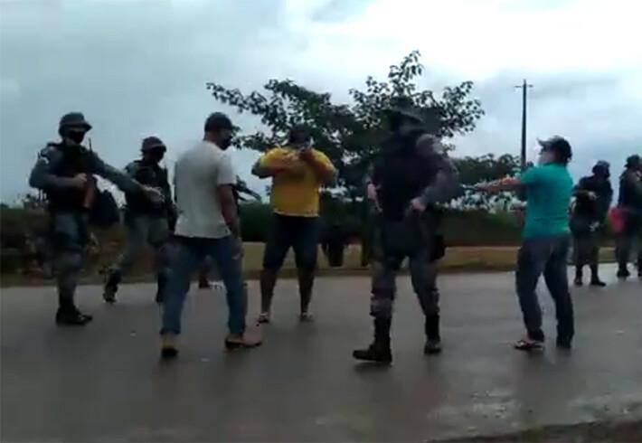 Vídeo: Em protesto contra laticínios, PM usa spray de pimenta para dispersar produtores de leite