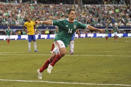 Chicharito celebrando el gol de penal contra Brasil