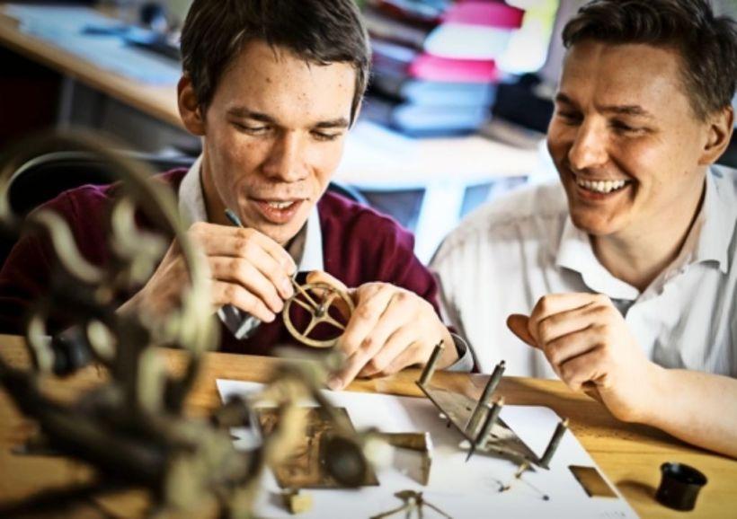 Der Stuttgarter Steffen Cornehl (rechts) zeigt dem Russen Nikolaj Zinatullin die Uhren in seiner Werkstatt. Foto: Lichtgut/Max Kovalenko