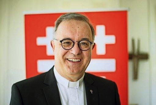 Landesbischof Frank Otfried July wird drei der acht Menschen taufen. Foto: dpa
