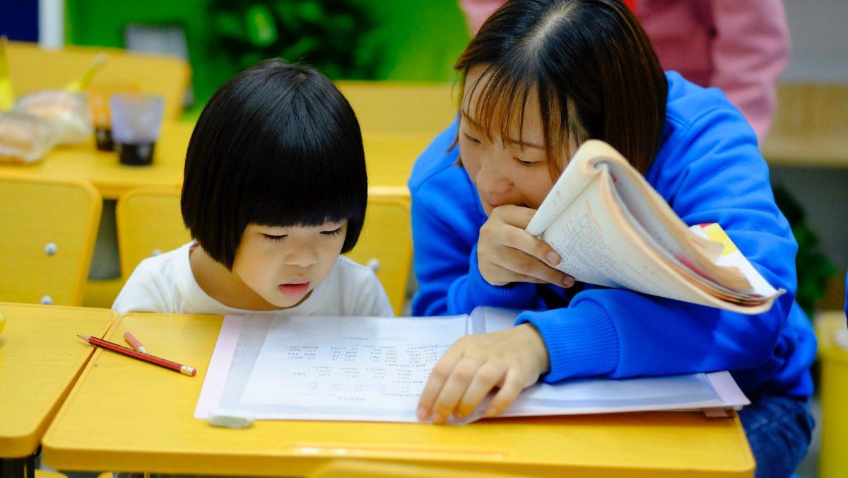 Una piccola studentessa sta imparando a leggere
