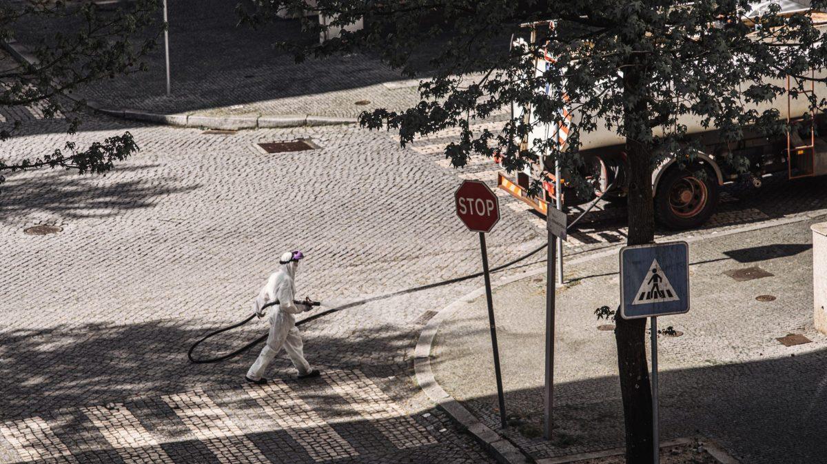 Un operaio sanifica le strade