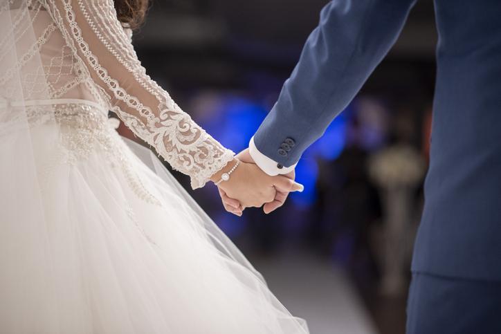 novia convirtió cenizas de su papa fallecido en uñas de acrílico