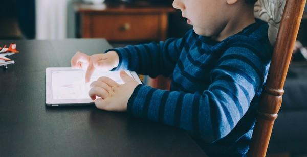 ▲小孩,平板,科技成癮,3C保母,手機,3C成癮。(圖/翻攝自pixabay)