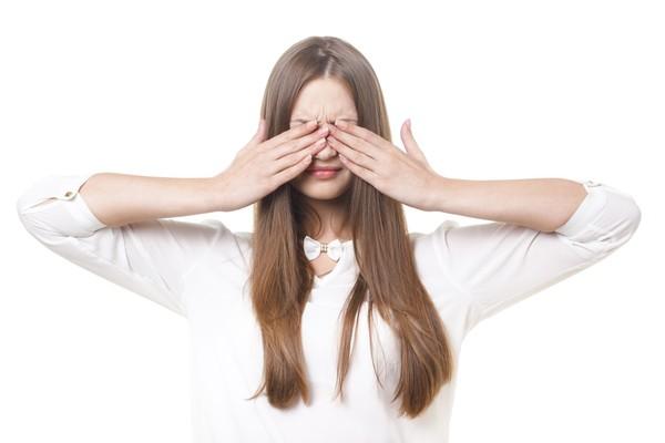 ▲▼手機,追劇,視力,維他命,維生素,眼睛,隱形眼鏡。(圖/翻攝自PAKUTASO.COM)