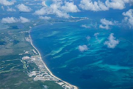 Vista aérea del litoran del Caribe Mexicano, Cancún