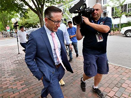 El actor Kervin Spacey al salir de la corte, lo siguen las cámaras