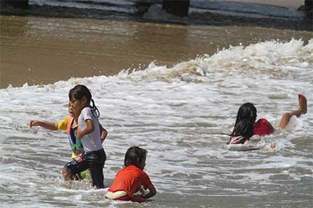 Niños juegan en la playa
