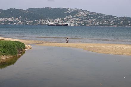 Aguas negras de los hoteles al mar