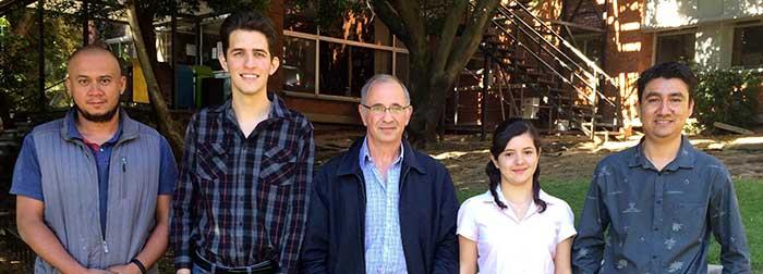 Gabriel Corkidi (centro) y su equipo de expertos que estudian el nado del espermatoizoide en 3D. Foto: UNAM