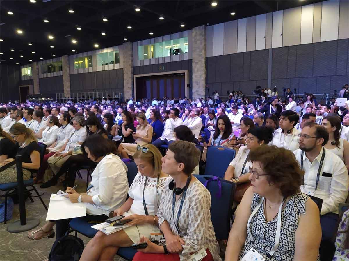 Durante la inauguración en el Centro Internacional de Congresos estuvieron presentes el expresidente de Colombia, Juan Manuel Santos; el exprimer ministro de Irlanda del Norte, Lord David Trimble...