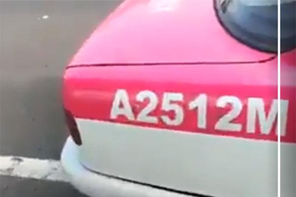 el taxi está rotulado con el número A25112M