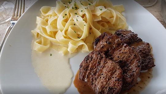 Un platillo de pasta y carne