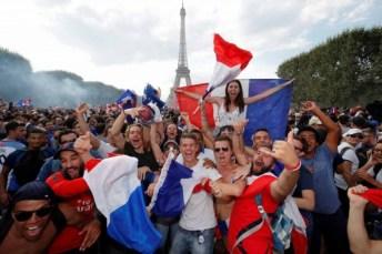 Miles de de aficionados salieron a festejar la consagración del conjunto galo. (Reuters)