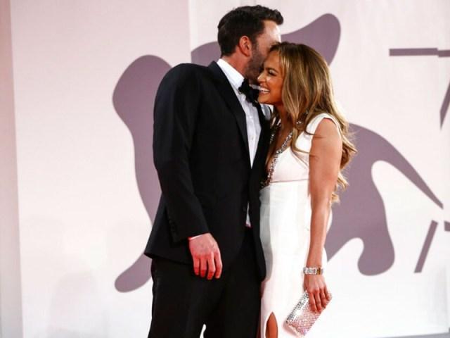 Por semanas la pareja ha tenido sin empacho muestras públicas de afecto tras regresar, no poco después de que Lopez terminara su relación con el ex beisbolista Alex Rodríguez.