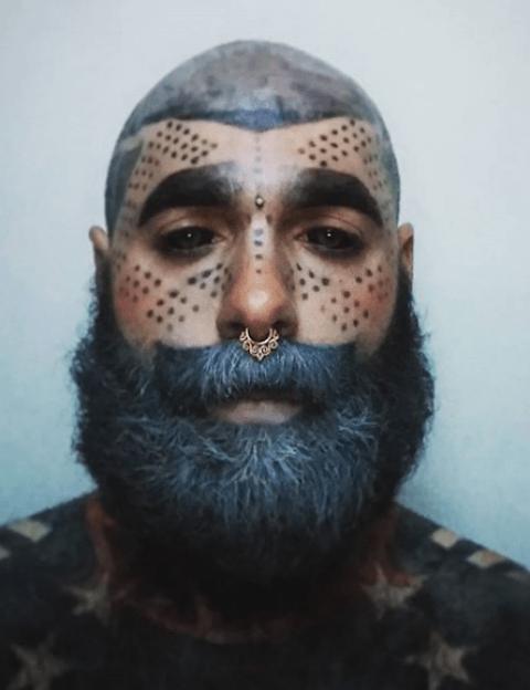 Extirpa sus genitales para poder tener el 100% del cuerpo tatuado