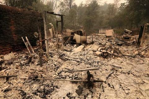 Al menos 5 muertos en California por incendios forestales