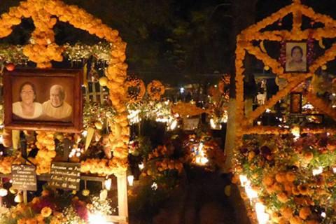 En 2003, la UNESCO nombró a la celebración de la Noche de Muertos como Patrimonio Cultural Inmaterial de la Humanidad, tradición de raíces indígenas que viste de color los panteones y hogares de la región. Foto: Especial