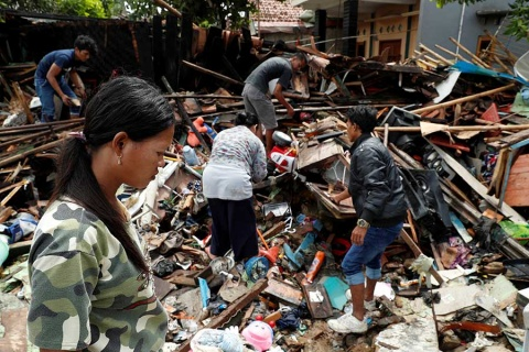 Otro volcán se agita en Indonesia; van 431 muertos tras tsunami