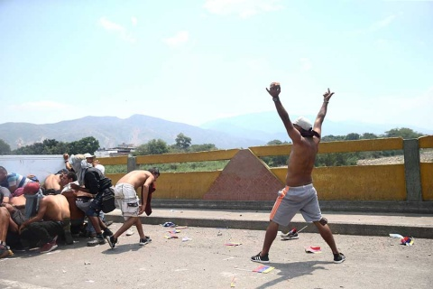 Venezuela refuerza bloqueo en frontera con Colombia