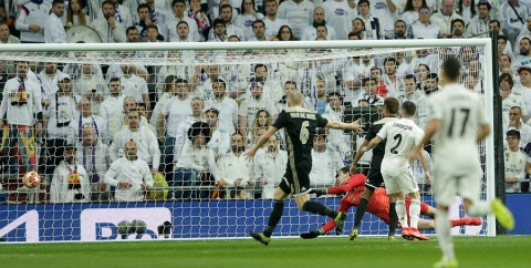 Ziyech anota el primer gol del Ajax en el Santiago Bernabéu.