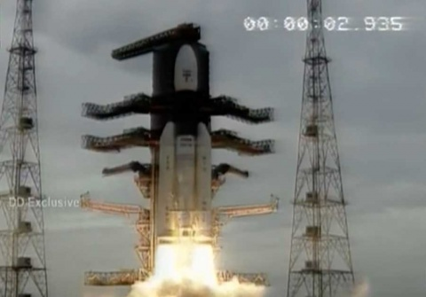 Lanza India con éxito misión no tripulada a la Luna