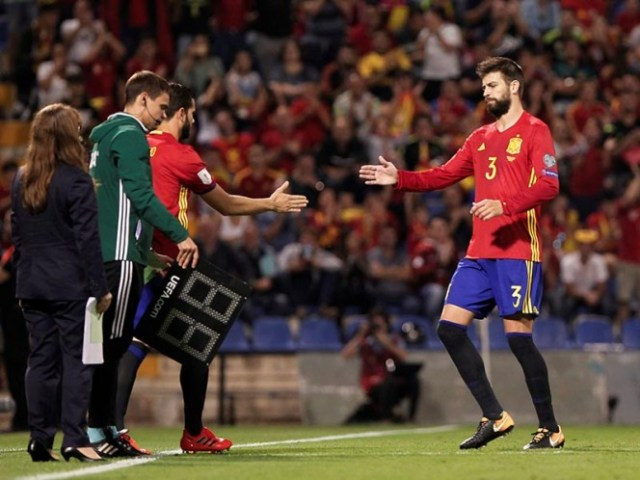 Piqué salió de cambio y recibió los silbidos de la afición por las declaraciones del jugador del Barna en asuntos políticos