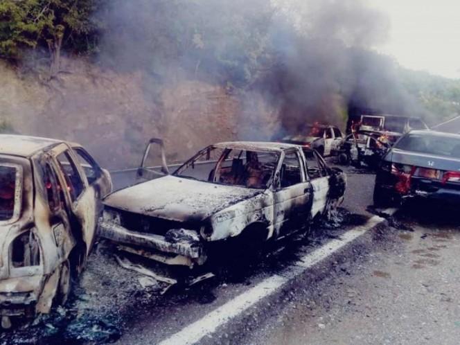 Bloquean y queman autos tras enfrentamiento en Guerrero
