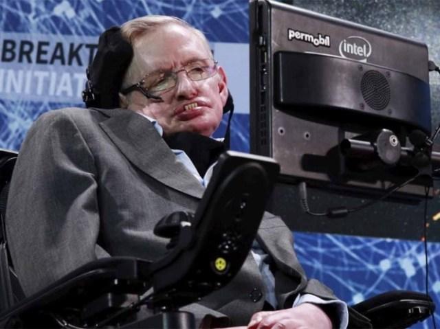 Inhabilitan a enfermera de Stephen Hawking por cuidarlo mal