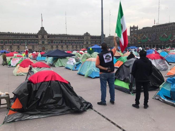El campamento se encuentra delimitado por vallas metálicas y resguardado por policías. Foto: Rodolfo Dorantes