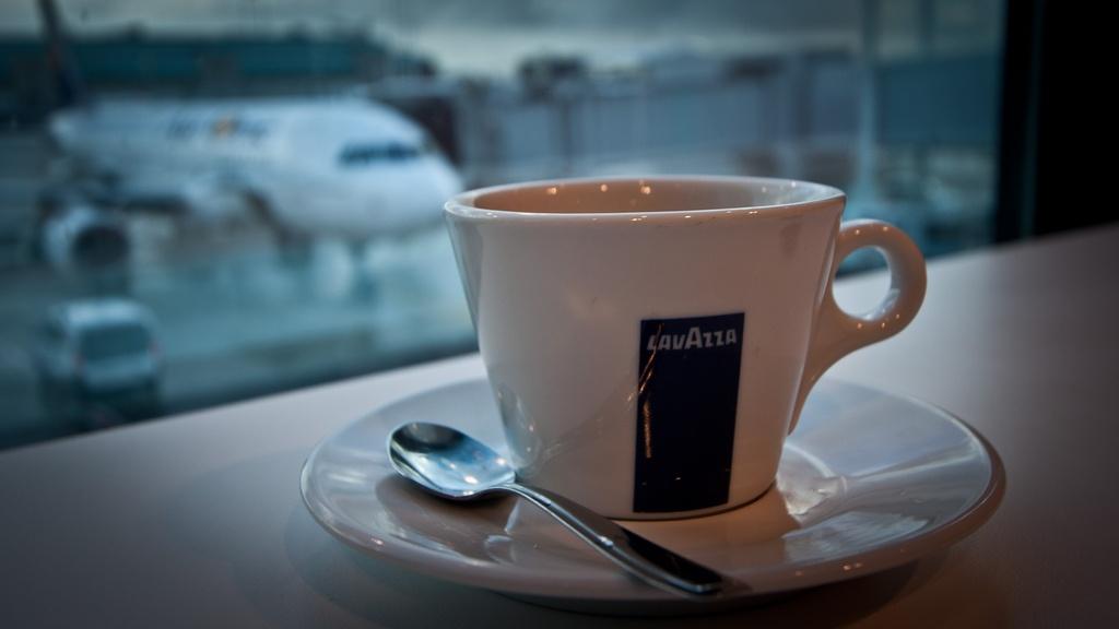 Café avec un avion en arrière plan