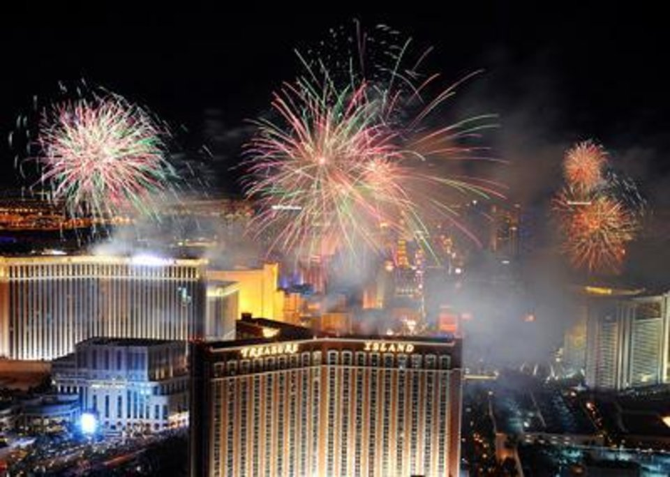 Best Places to See Fireworks on New Year s Eve in Las Vegas MommysMinivanMonologues com   Photo   This year  there are seven Las Vegas  hotels that will be participating in