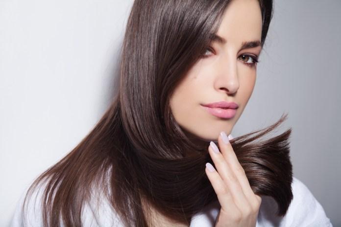 El cabello tiene dos propósitos importantes: mantener una buena temperatura para nuestra cabeza y el proteger nuestro cráneo.