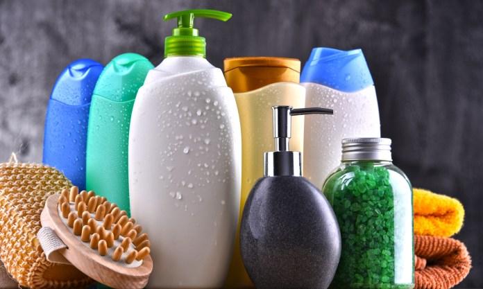 Algunos químicos presentes en nuestro productos de uso diario, como el shampú, pueden dañar nuestro cuero cabelludo.
