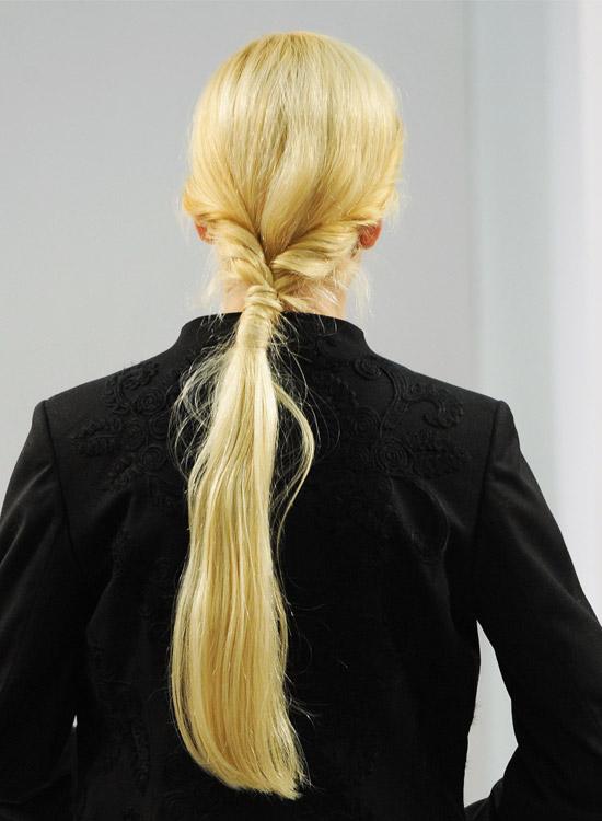Rabo de cavalo baixo torcido com cabelo