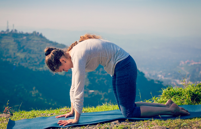 Fácil-Yoga-Poses-To-Treat-Ansiedade1
