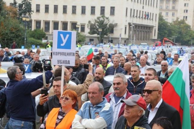 Автоинструктори скочиха на протест