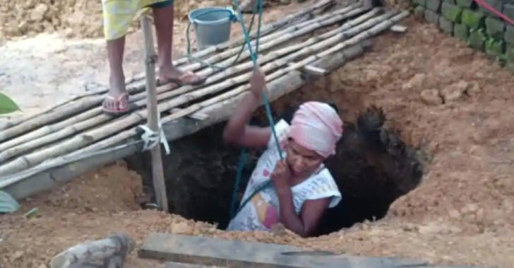 woman digs well 5ef9dc3f3fc23 1 - Mujer cavó pozo para ayudar a su mamá enferma a conseguir agua. Es su forma de agradecerle por todo