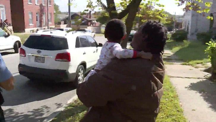 Captura de Pantalla 2020 10 05 a las 12.03.56 - Pitbull callejero protegió a niño perdido hasta ser rescatado. No se apartó de él ni un segundo