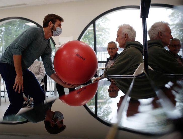 Captura de Pantalla 2020 10 16 a las 11.08.31 - El pueblo de Francia donde todos los residentes sufren Alzheimer. Redescubren el disfrute de la vida