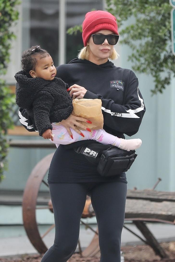 kardashian sin maquillaje8 - 17 veces en que las Kardashian se mostraron sin maquillaje. Kim intentó cubrirse la cara
