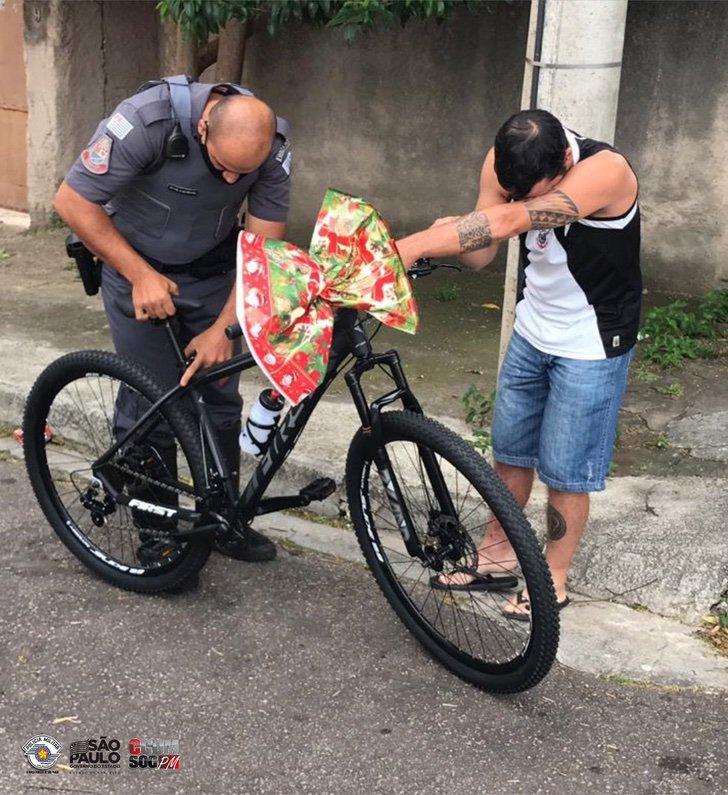EqIbbkJXcAAo3ru 1 - Policía le dona una bicicleta a repartidor de comida que no tenía transporte. Un generoso operativo