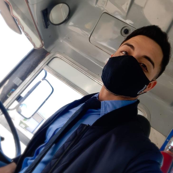 argentina bus colectivero transporte patagonia sexy0002 - Chofer de bus argentino roba el corazón de sus pasajeras. Es víctima de muchos piropos al trabajar