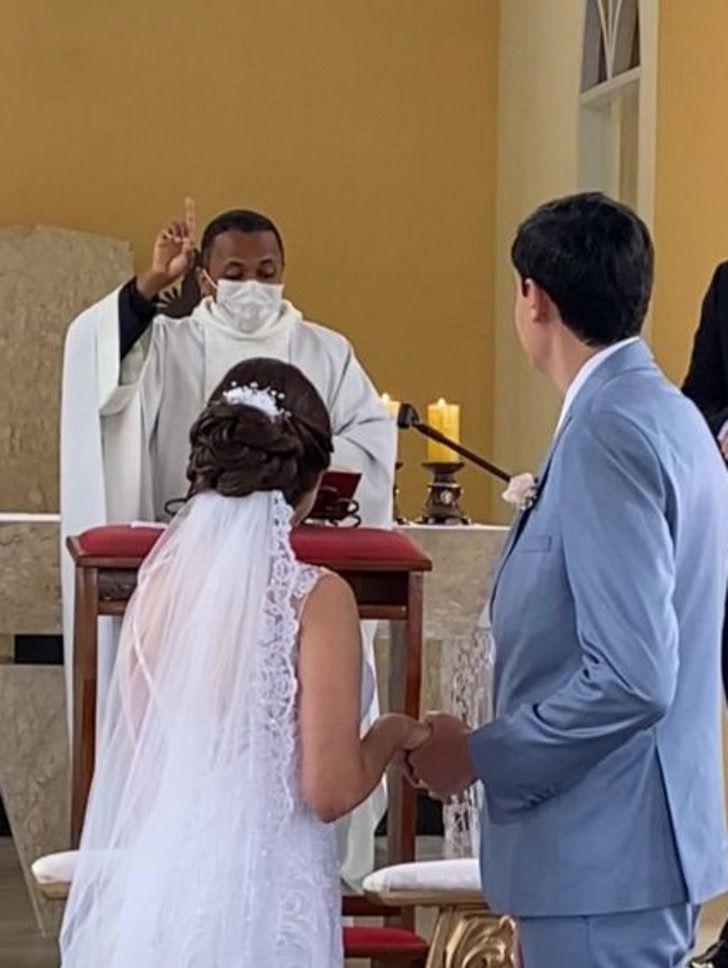 Captura de Pantalla 2021 02 19 a las 14.54.51 - Sacerdote ofició boda en lenguaje de señas para pareja sorda. Los novios quedaron sorprendidos