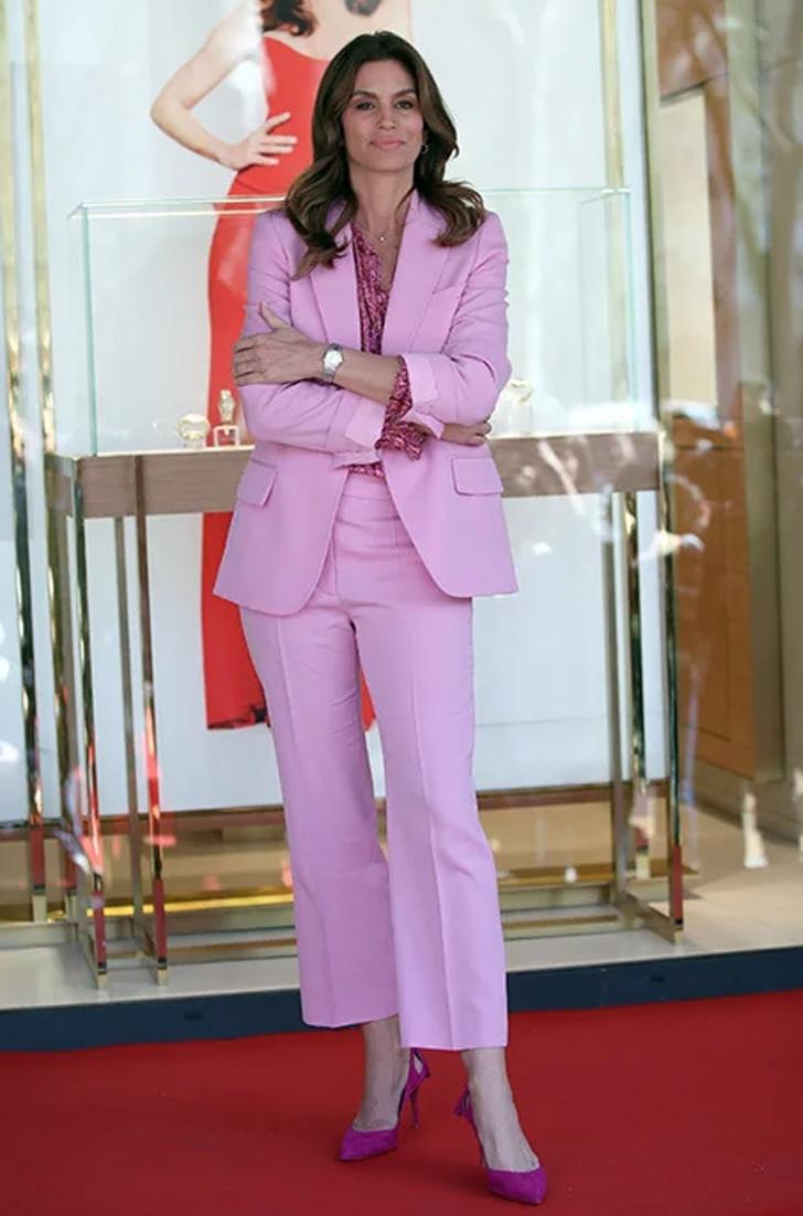 2 76 - 22 veces que las famosas se lucieron con trajes coloridos. Kendall los usa sin camiseta ni sujetador