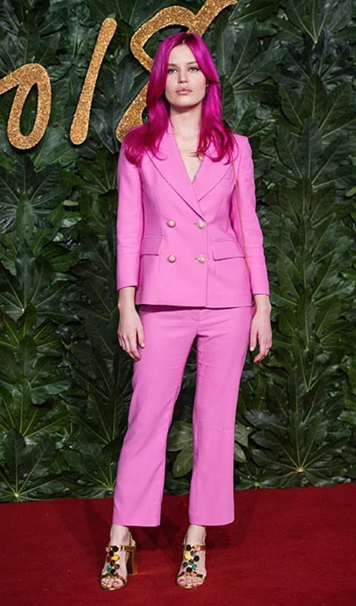 3 73 - 22 veces que las famosas se lucieron con trajes coloridos. Kendall los usa sin camiseta ni sujetador
