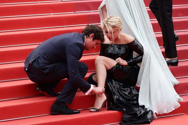 5 42 - 10 famosos que ayudaron a otros famosos en público. A Margot Robbie le abrocharon el vestido
