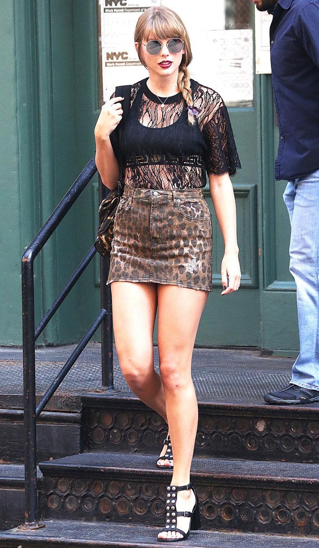 5 73 - 20 famosas que usaron blusas transparentes en público. Bella Hadid olvidó el sujetador en casa