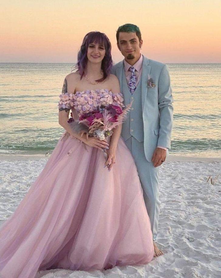 30 - 30 novias que no usaron el típico vestido blanco en su boda. Una se vistió de dinosaurio